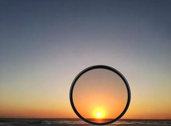 与传统渐变镜相比,反向渐变镜在市面上比较少见。反向渐变镜的颜色深度由中心向边缘递减,中心部分颜色最深,而边缘部分则最浅。这种设计很好地应对了日出日落时,地平线部分最亮,天空和海面(地面)则相对较暗的情况,因而能够避免画面局部过曝现象的产生。 彩色滤镜