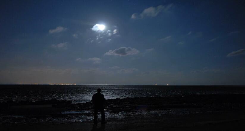 海上月亮 海边人物背影特写高清实拍视频素材
