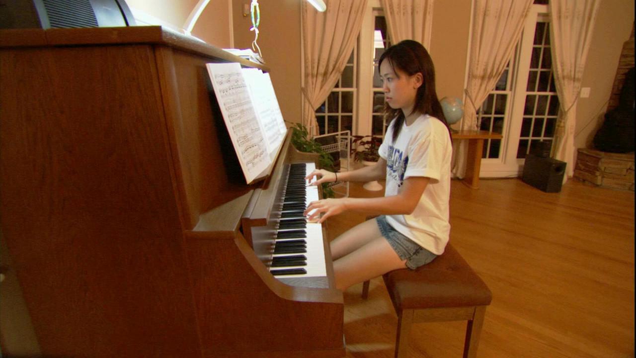 美女弹钢琴高清实拍视频素材